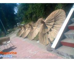 Pletena trska pogodna za ogradjivanje, suncobrane i lake krovove